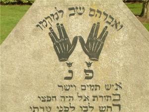 Zegenende handen op een grafsteen op de joodse begraafplaats van Oud-Beijerland.