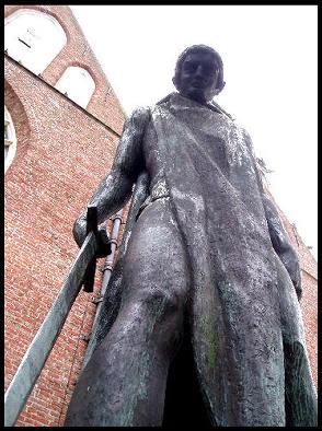 'St. Joris en de Draak', modern beeld van deze oude mythische figuur op het Martinikerkhof Groningen.