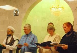 Jaarlijkse vredesviering in Zwolle: joden, moslims en christenen van verschillende kerken bidden samen, hier in de moskee.