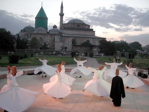 Dansende (draaiende) derwishes in Konya, Turkije: een van de bekendste soefi-meditaties.
