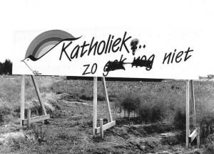 1987: borden langs de snelweg in Limburg tonen de kerkelijke polarisatie...