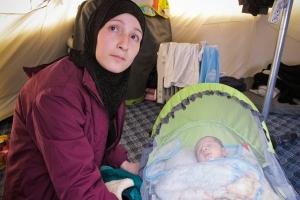 Aziza met haar baby, gevlucht uit Syrië.