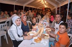 Na zonsondergang breken moslims, hier in Genk (B) samen de Ramadan met de vaak feestelijke iftar-maaltijd.