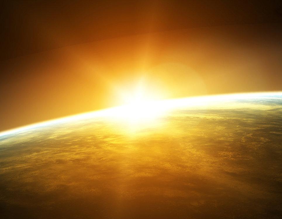 De zon gaat op. De meeste kerken zijn op het oosten gebouwd omdat het ochtendlicht symbool staat voor de Verrezene.