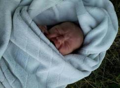 Deze baby werd zomer 2013 gevonden in Roermond. Klik op de foto voor het verhaal over de Australische baby die zeker vijf dagen in een rioolpijp lag.