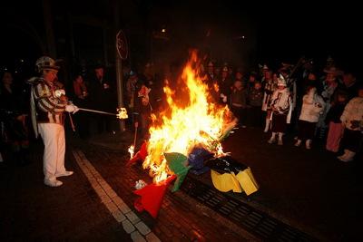 In Beek bij Nijmegen wordt ter afsluiting van carnaval een pop verbrand die een heks voorstelt. Vroeger onderging prins carnaval dat lot.