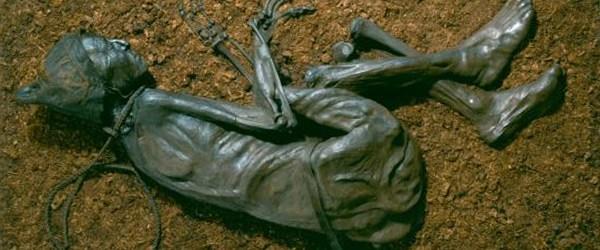 De man van Tollund is gewurgd, maar zo zorgzaam begraven dat hij waarschijnlijk een offer was. Klik op de afbeelding voor een achtergrondartikel over veenlijken.