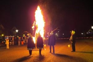 Op veel plaatsen wordt aan het einde van het feest een pop verbrand, zoals hier in Moergestel.