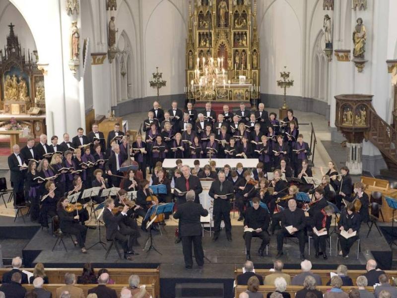 Matthäus Passion in een kerk in Oss, om het altaar heen.