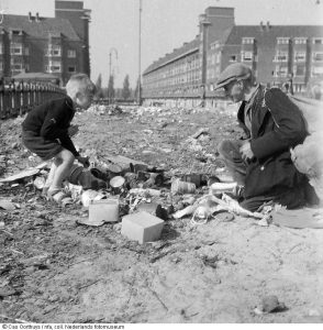 Amsterdammers zoeken naar eten en brandstof.